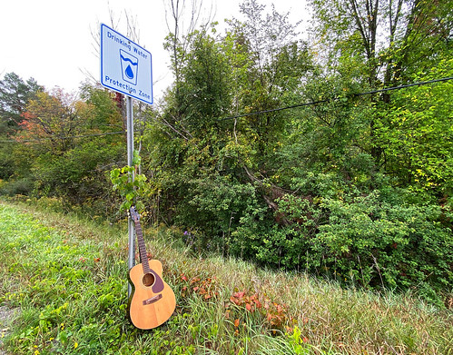 Guitar_and_Sign_NR_4