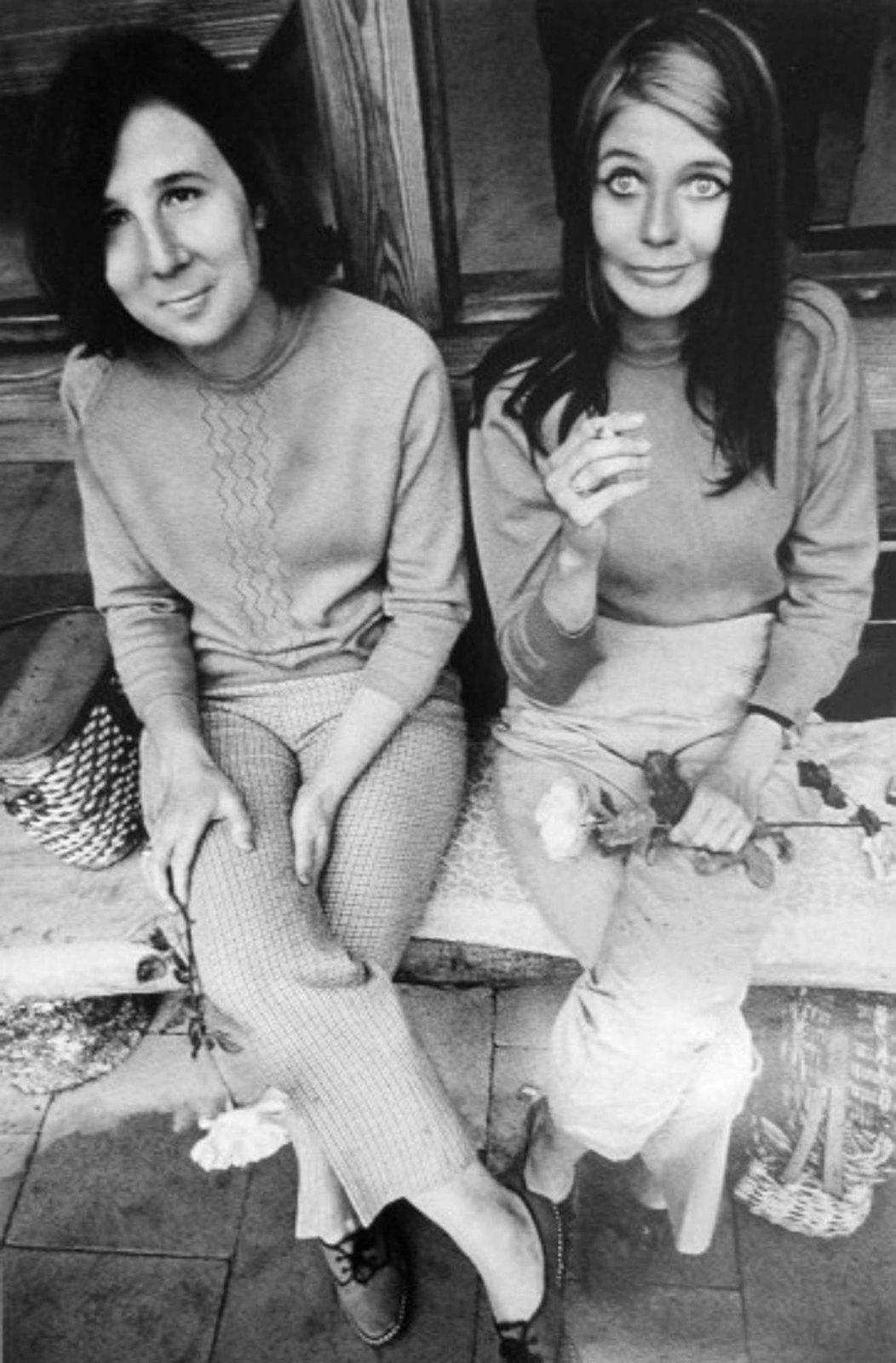 1972. Женщины с розами