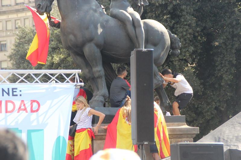 10.000 personas festejan el 12-Oct en Barcelona