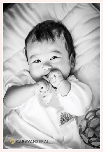笑顔の赤ちゃん モノクロ写真