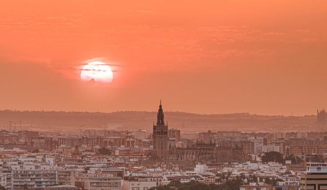 Así amanece Sevilla en el día de la Hispanidad.