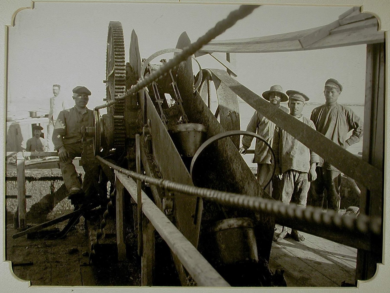 18. Группа рабочих,добывающих лечебную грязь со дна лимана, у грязечерпалки