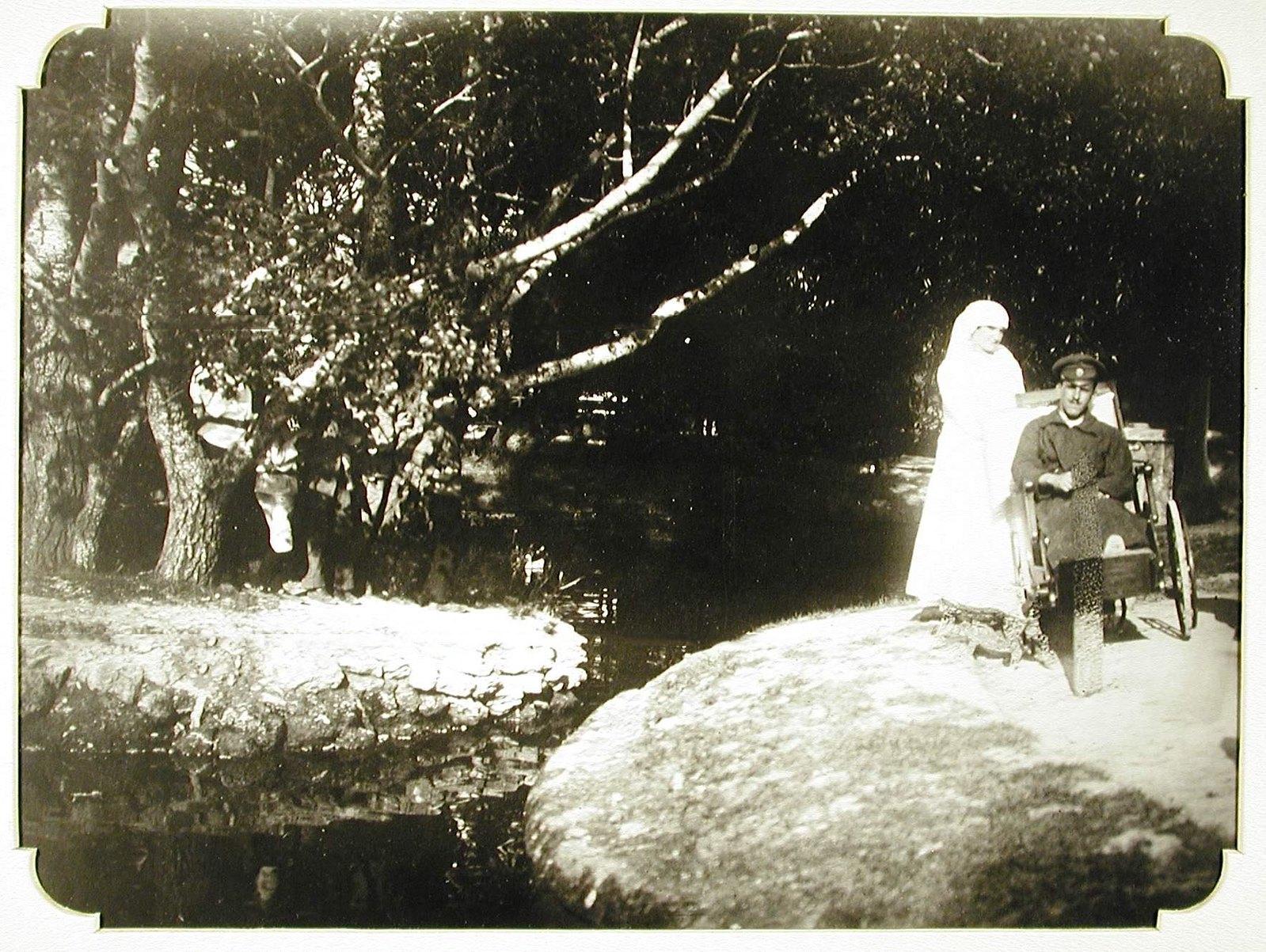 13. Сестра милосердия сопровождает раненого на прогулке у пруда в парке Хаджибейского лимана