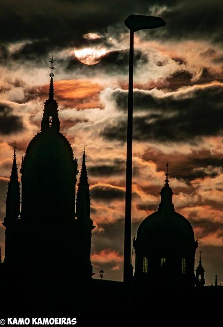 anocheciendo en las torres de la catedral