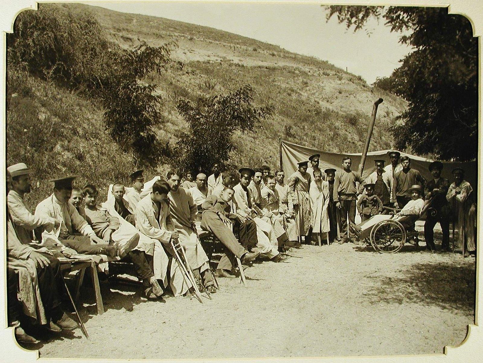23. Группа раненых во время лечения солнечными ваннами на Куяльницком лимане
