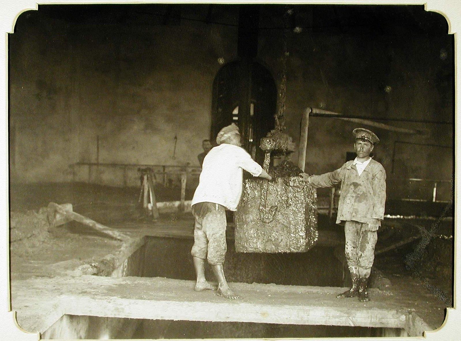 21. Рабочие нагружают лечебную грязь для подачи её по кабинам