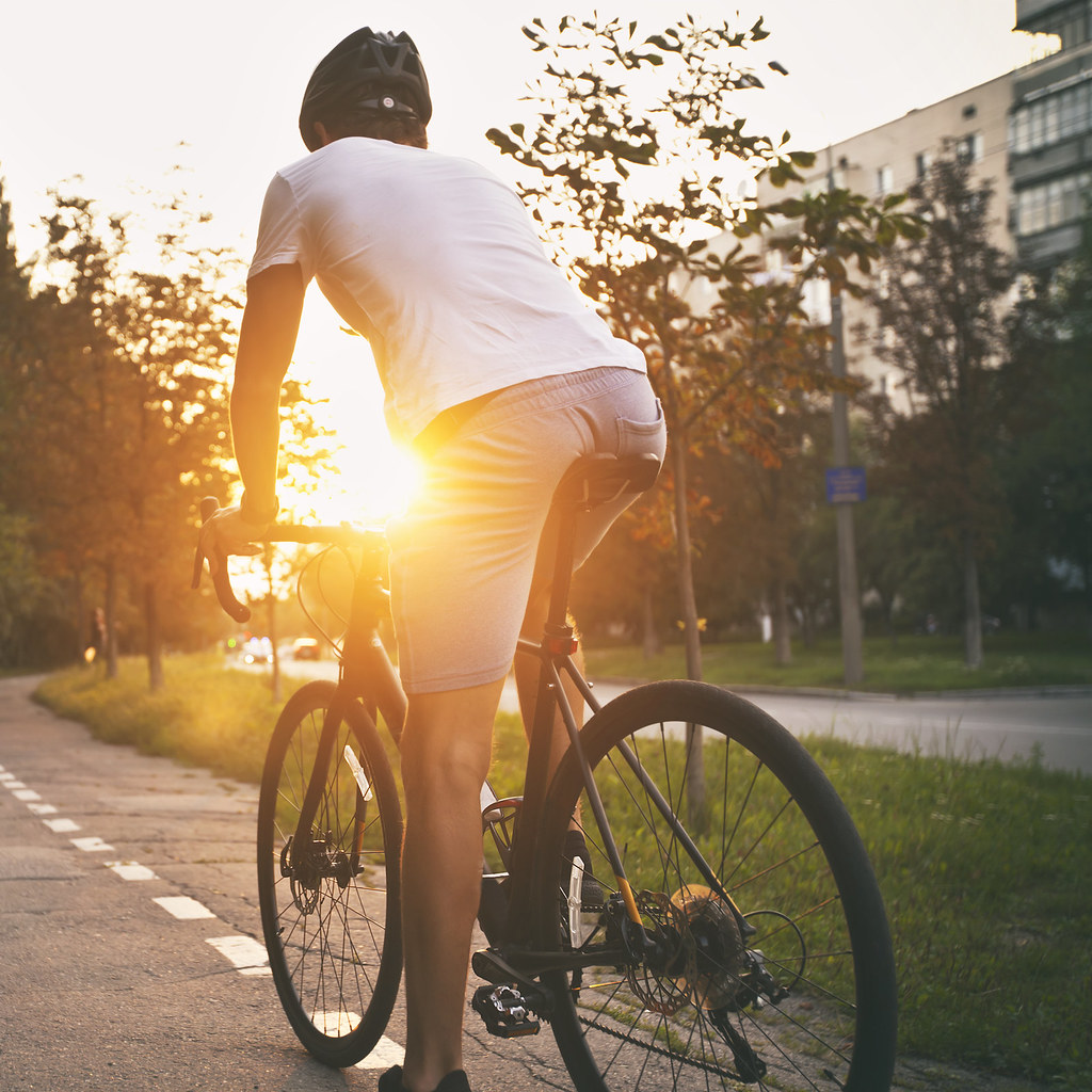 骑自行车的人,阳光在后面.