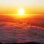 12. August 2021 - 21:51 - Retour sur ma chère île de La Palma tant malmenée par son activité volcanique intense. Un mois avant l'éruption, depuis Roque de Los Muchachos à 2400 m d'altitude, le soleil tombe dans l'océan infini et la mer de nuages et disparaît.   Regreso a mi querida isla de La Palma, tan maltratada por su intensa actividad volcánica. Un mes antes de la erupción, desde el Roque de Los Muchachos a 2400 m de altitud, el sol cae en el océano infinito y el mar de nubes y desaparece.