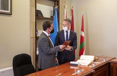 El alcalde ha recibido una corbata del Senado de manos de Ander Gil.