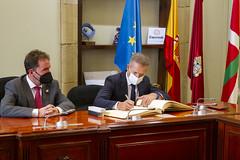 Ander Gil ha firmado el libro de visitas del Ayuntamiento.