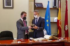 El alcalde ha obsequiado a Ander Gil con una figura de la casa consistorial y un cuchillo fabricado en Ermua.