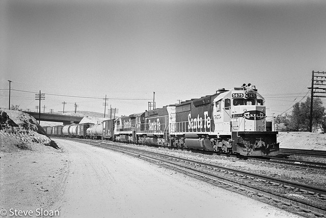 ATSF 5675 East out of Barstow