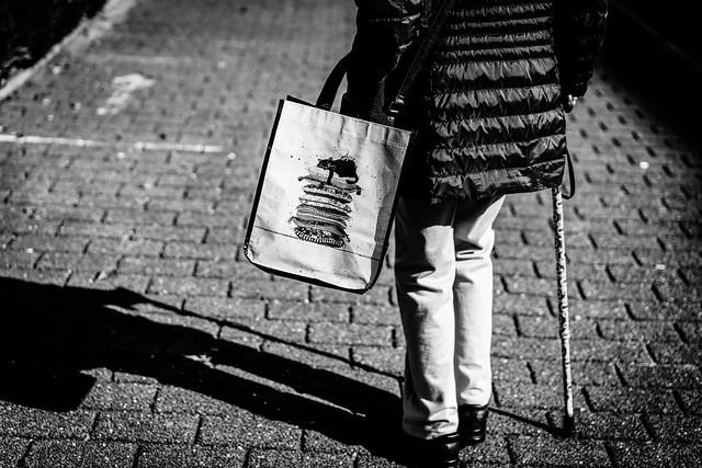 Elle irait d'abord au restaurant puis se rendrait à la librairie pour acheter des livres.
