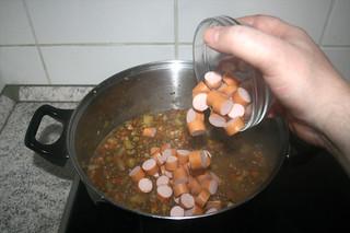 39 - Put sausages in pot / Würstchen in Topf geben
