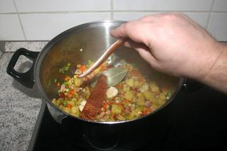 27 - Put rind in pot / Schwarten in Topf geben