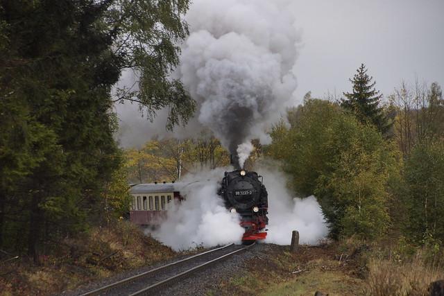 HSB 99 7237-3 komt van station Drei Annen Hohne de berg op klimmen richting Schierke en de Brocken als treinnummer 8927 15-10-2021