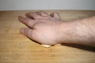 24 - Crush garlic cloves with heel of hand /  Knoblauchzehen mit Handballen zerdrücken