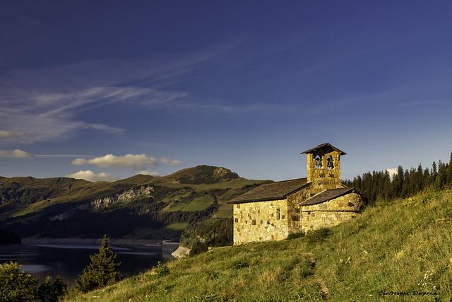 La chapelle de Roselend au lever du soleil (Beaufortain, Savoie)