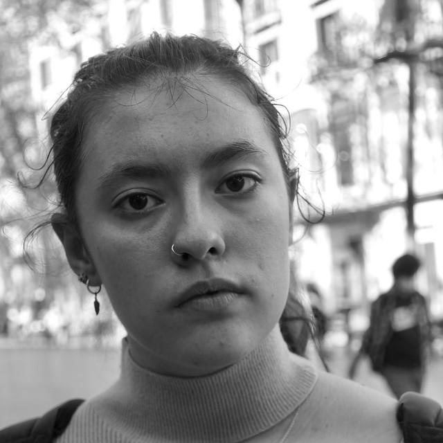 Montse, catalana, estudiant de dibuixa a Barcelona. Em va sorprendre que em preguntés si havia de somriure i li vaig dir que si volia estar seriosa, cap problema, que era lliure com a model. Captura: La Rambla, Barcelona.
