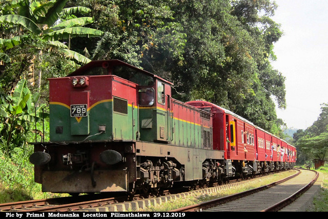 M6 789 arriving Pilimathalawa with Colombo bound train (No 1024 Kandy-Colombo Fort) in 29.12.2019