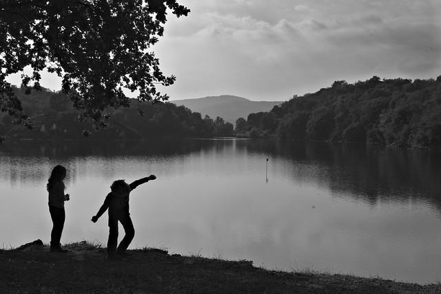Giochi sul lago al tramonto