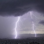 13. Oktoober 2021 - 21:26 - Afternoon storm with a double lightning strike on city's center. Canon 5dmk4, Sigma Art 14 mm, f/3.2, NiSi ND nano filter 64, iso 100. Athens, Greece, Oct. 11, 2021.  Photography and Licensing: doudoulakis.blogspot.com/  My books concerning natural phenomena / Τα βιβλία μου σχετικά με τα φυσικά φαινόμενα αλλά και βιβλία για φοιτητές: www.facebook.com/TaFisikaFainomena/