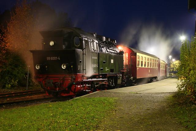 2009-10-29; 0112. HSB 99 6001-4 met trein 8966. Harzgerode.