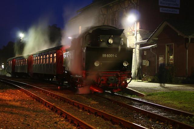2009-10-29; 0108. HSB 99 6001-4 met trein 8966. Harzgerode.