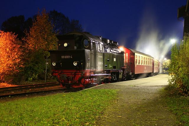 2009-10-29; 0109. HSB 99 6001-4 met trein 8966. Harzgerode.