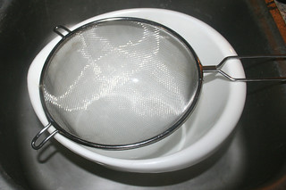 07 - Put sieve on bowl / Sieb auf Schüssel geben