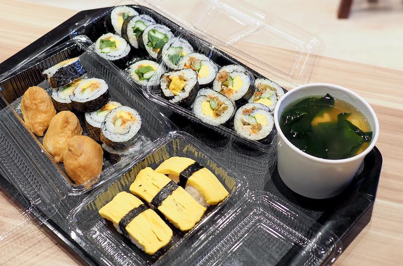 【三重美食】口福壽司三重店 一盒壽司25元也太俗 平價壽司就開在三和夜市旁