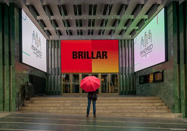 The man with red umbrella front the theater   -   El hombre con sombrilla roja frente al teatro