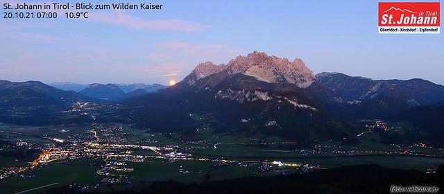 Mond rastet am Kaisergebirge