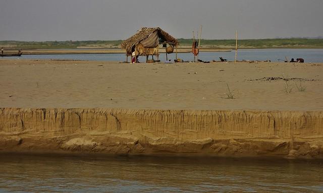 MYANMAR, Burma,  Bootsfahrt auf dem Irrawaddy bei Bagan,  / Am Ufer des Irrawaddy, 78510/20107