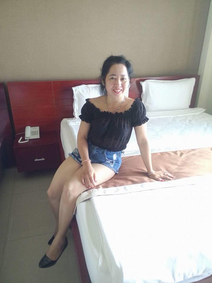 Vợ dâm chuẩn bị lên giường địt chồng