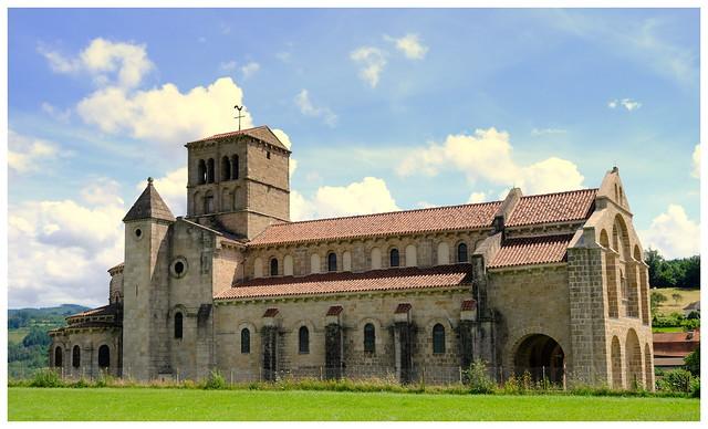 L' église romane de Châtel-Montagne , façon carte postale.