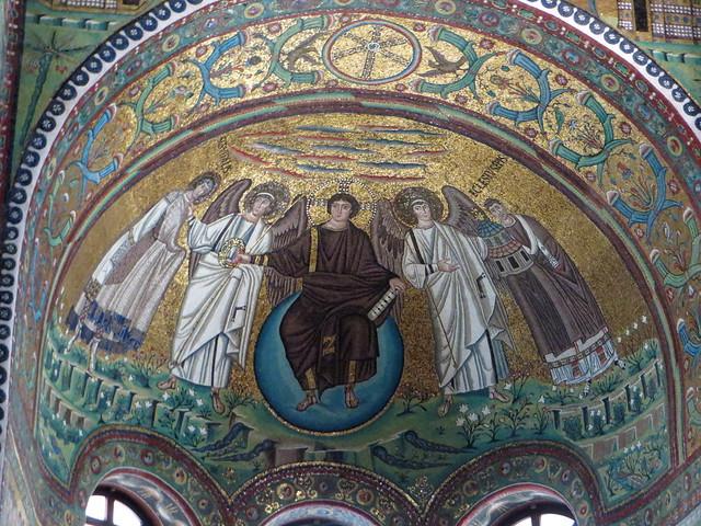 L'évêque Ecclesius présente l'église qu'il a fait construire, presbyterium de la basilique St Vital, VIe siècle, Ravenne, Emilie-Romagne, Italie.