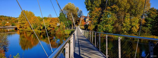 Hängebrücke im Herbst