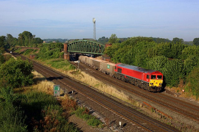 59204 working 6V12 Merehead to Woking at Battledown on 8 September 2021. This Super shed is now at Toton for repainting into Freightliner orange.