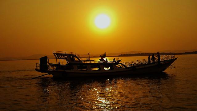 MYANMAR, Burma,  Bootsfahrt auf dem Irrawaddy bei Bagan,  /Sonnenuntergang , 78 512