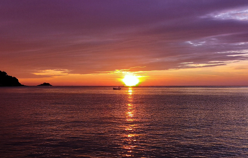 the sun never sets, it just wants to show us its beauty when it bathes in the sea.
