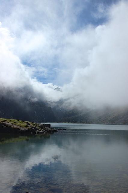 Nuages et léger brouillard sur le lac de Gaube