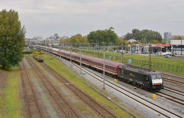 TCS 189 105 passeert met +80 Rotterdam Zuid op weg naar Breda; 23-10-2021.