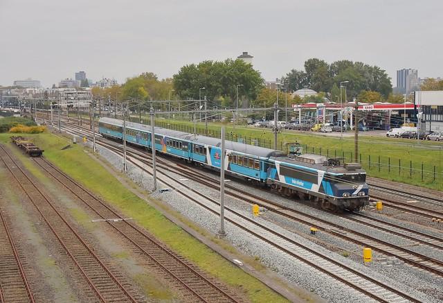 Een klein uur na de 189 105 passeert de TCS102001 met trein 33200; Rotterdam Zuid 23-10-2021.