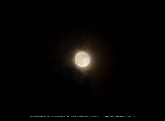 Lune 98% croissante à travers les nuages