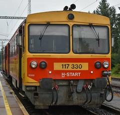 117 330 vu00e1rakozik Zalaegerszegen a 39024-es szu00e1mu00fa szemu00e9lyvonattal.