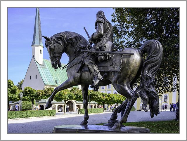 Denkmal Graf von Tilly in Altötting: Kriegsverbrecher oder Heiliger ? Historiker sind sich nicht ganz einig. Fest steht: In der blutigen Geschichte des Dreißigjährigen Kriegs hat er als Heerführer der Katholischen Liga eine wichtige Rolle gespielt.