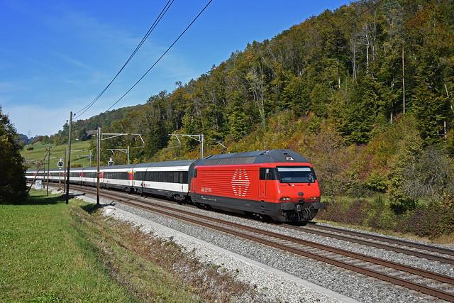 Re 460 050-8 fährt am 18.10.2021 Richtung Bahnhof Tecknau.