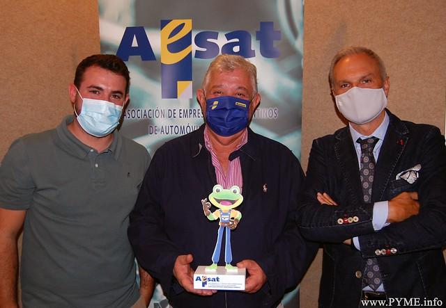 Foto de familia de la entrega del premio a la Trayectoria Empresarial de AESAT a José Antonio Hernández, gerente de FHASA Autosalamanca.
