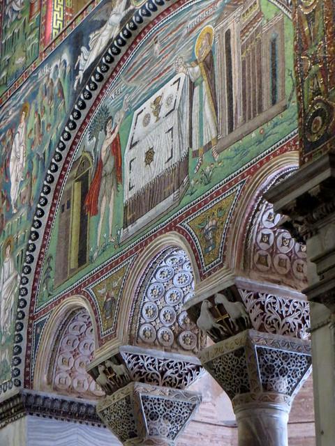 Chapiteaux et mosaïques, basilique St Vital, VIe siècle, Ravenne, Emilie-Romagne, Italie.